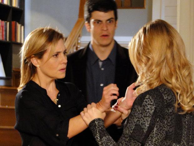 Robô diz que não gosta mais de Júlia e a agride (Foto: Morde & Assopra / Tv Globo)