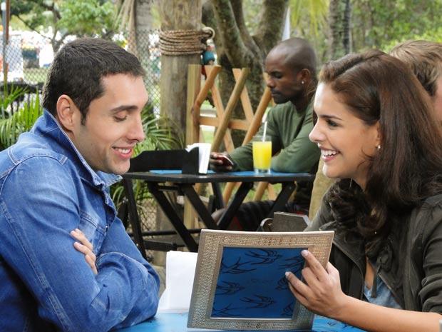 O programa de Alice melhora bastante quando ela troca de companhia (Foto: Insensato Coração/TV Globo)
