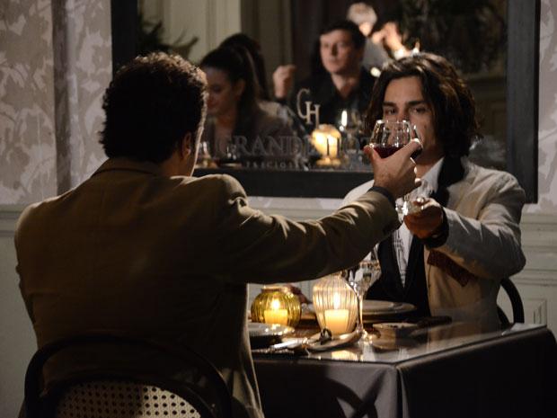 Áureo e Josué jantam no hotel (Foto: Morde&Assopra/TVGlobo)