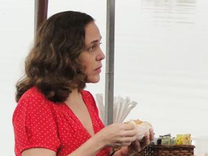 Daisy disfarça decepção quando Beto se desmancha por Alice (Foto: Insensato Coração/TV Globo)