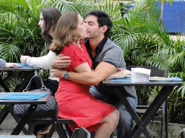 """Douglas se empenha na missão """"namorado"""" (Foto: Insensato Coração / TV Globo)"""