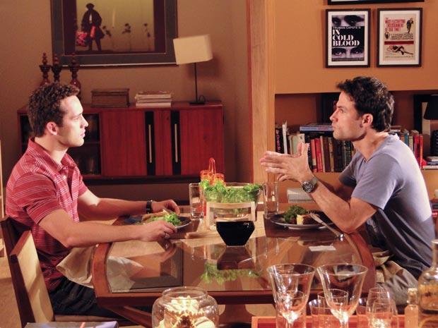 Eduardo e Hugo tem uma conversa complicada (Foto: Insensato Coração/TV Globo)