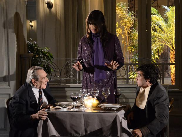 Eliseu e Xavier percebem que não estavam fazendo carinho Elaine (Foto: Morde&Assopra/TVGlobo)