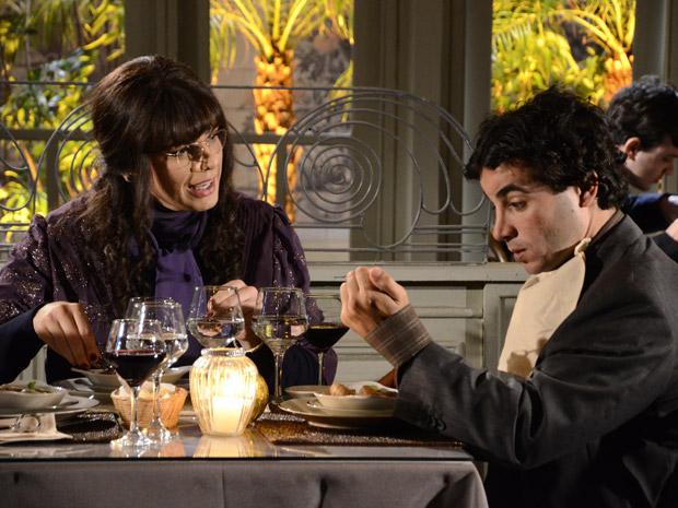Elaine ensina Xavier a comer escargot (Foto: Morde&Assopra/TVGlobo)