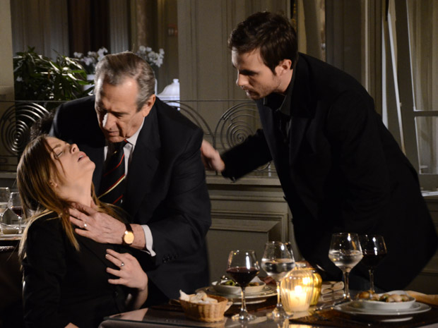 Eliseu socorre Melissa, que está sufocando (Foto: Morde&Assopra/TVGlobo)