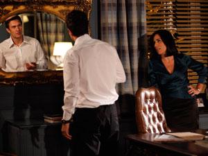 Norma faz Léo se olhar no espelho (Foto: Insensato Coração / Tv Globo)