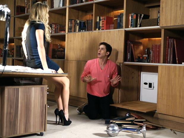 Roni consegue descobrir o segredo do cofre (Foto: Insensato Coração / TV Globo)