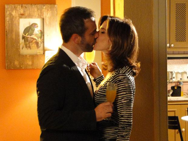 Eunice tenta agradar Júlio, que não desconfia estar sendo traído (Foto: Insensato Coração / Tv Globo)