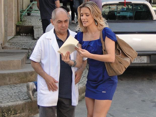 Natalie dá o troco e pede a Dorival para distribuir os ingressos (Foto: Insensato Coração / Tv Globo)