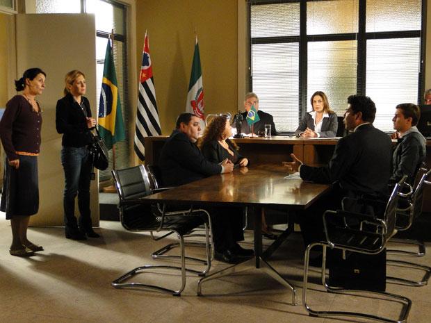 Dulce e Júlia invadem audiência sobre a aguarda de Amadeu (Foto: Morde & Assopra/TV Globo)