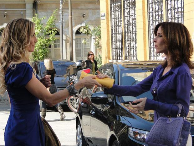 Natalie provoca Eunice comprando todos os ingressos para o show da Liga da Família Carioca (Foto: Insensato Coração / Tv Globo)