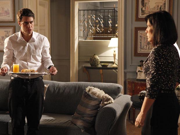 Léo diz a Norma que a ouviu dizer que Zeca está morto (Foto: Insensato Coração / Tv Globo)