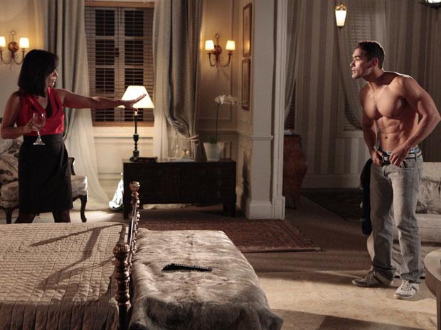 Norma pede ao garoto de programa que não tire a roupa, apenas deixe o tempo passar sem tocar nela (Foto: Insensato Coração / Tv Globo)