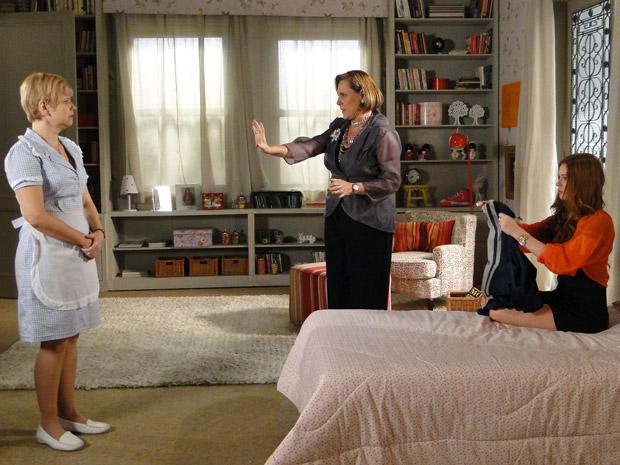 Minerva diz para Alice que Lilian não é refinada para tratar de suas roupas (Foto: Morde&Assopra/TVGlobo)
