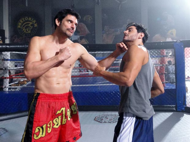 Tozzi e Miguel brincam na foto (Foto: Insensato Coração / Tv Globo)