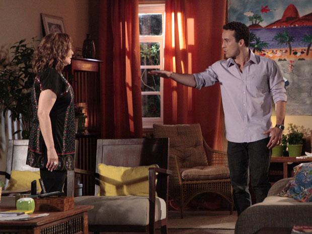 Após reação da mãe, Eduardo ameaça sair de casa (Foto: Insensato Coração/TV Globo)