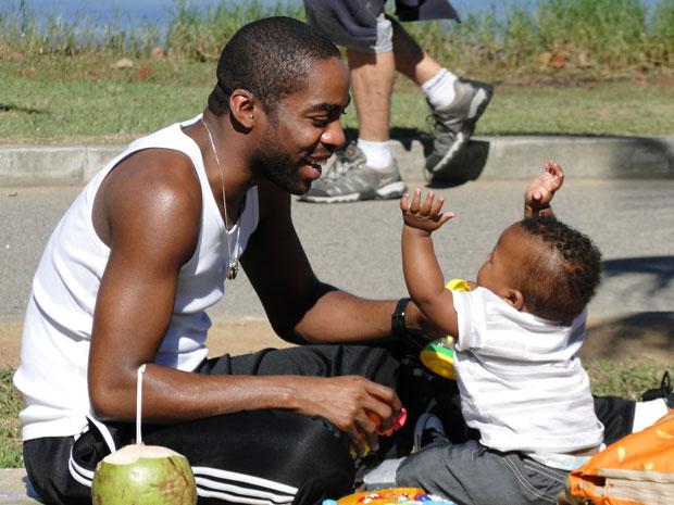 Sintonia entre pai e filho chama a atenção de quem assiste às gravações (Foto: Insensato Coração/TV Globo)