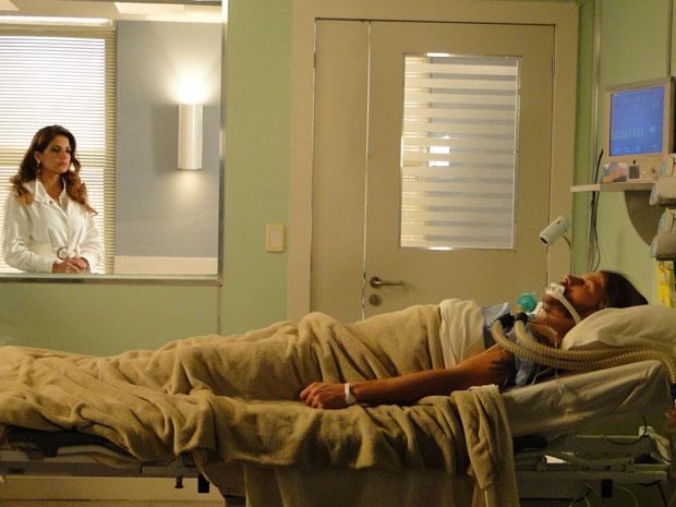 Lavínia chora ao ver Fernando em coma (Foto: Morde & Assopra / Tv Globo)