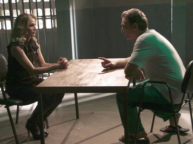 Natalie pede dinheiro a Cortez (Foto: Insensato Coração / Tv Globo)