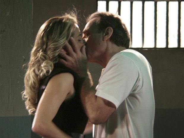 Natalie dá caerinho a Cortez, mas também solta o veneno ao mentir que Rafa saiu de casa por vontade própria (Foto: Insensato Coração / Tv Globo)