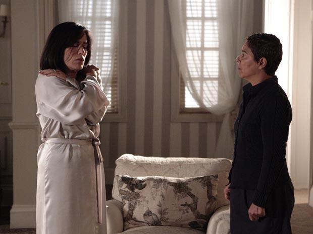 Norma está entregue às lembranças da noite com Léo (Foto: Insensato Coração/TV Globo)