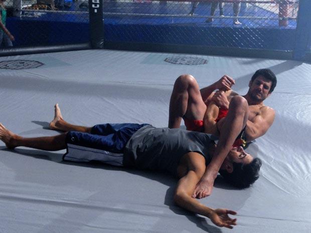 Douglas sofre na mão do instrutor (Foto: Insensato Coração / Tv Globo)