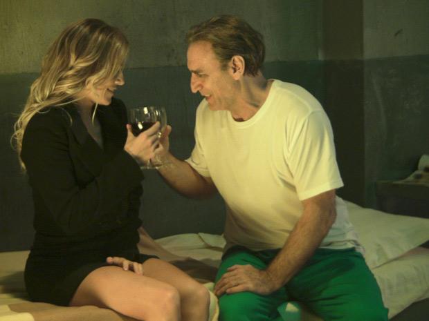 Cortez conta com um bom vinho para tentar melhorar o clima (Foto: Insensato Coração/ TV Globo)