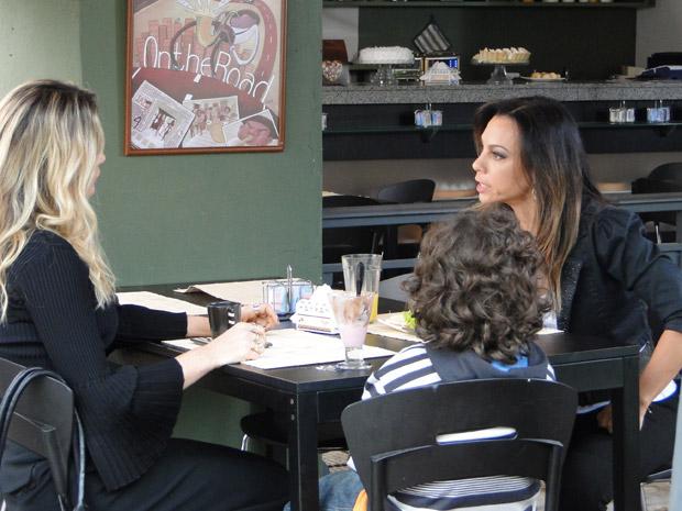 Amanda briga com Naomi por ter fugido com seu filho (Foto: Morde&Assopra/TVGlobo)