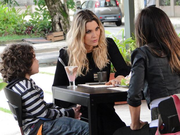 Naomi pede para Amanda continuar a farsa com Ícaro (Foto: Morde&Assopra/TVGlobo)