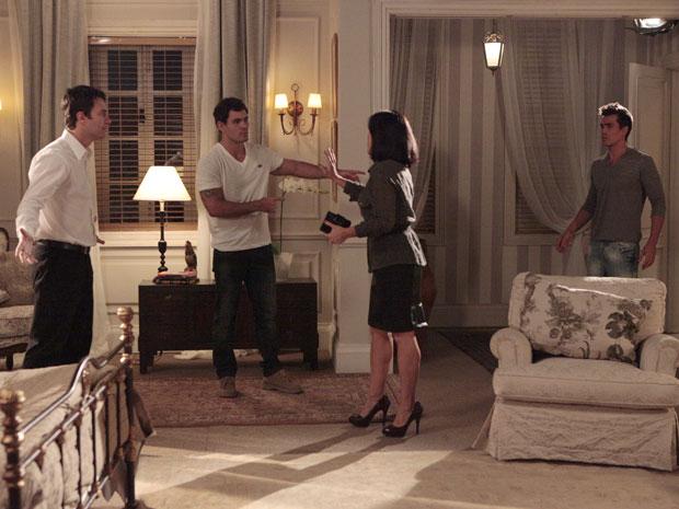 Léo parte para cima do garoto de programa e Ismael avança no vilão (Foto: Insensato Coração / Tv Globo)