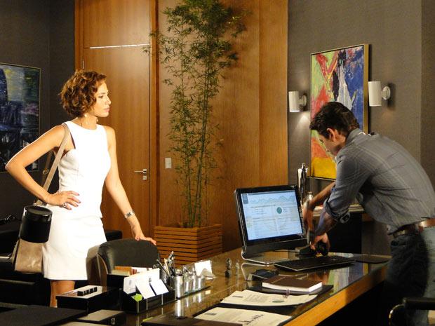 Carol avisa a Beto para se manter longe da irmã dele (Foto: Insensato Coração/TV Globo)