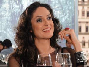 Dulce fica empolgada com Douglas (Foto: Insensato Coração / TV Globo)