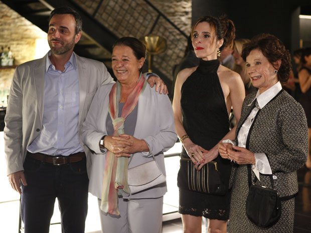 Eunice fica arrasada quando seus vizinhos do Horto chegam para show de Nana Caymmi (Foto: Insensato Coração / Tv Globo)