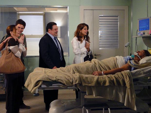 Fernando sai do coma e abre os olhos no hospital (Foto: Morde & Assopra / Tv Globo)