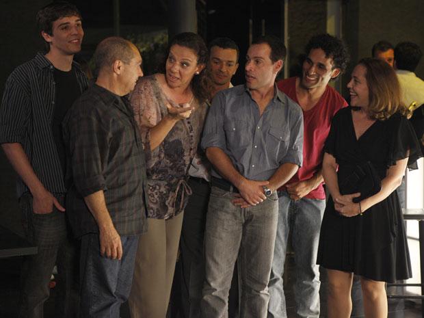 A turma do Horto aparece em peso, para o desespero de Eunice (Foto: Insensato Coração / Tv Globo)