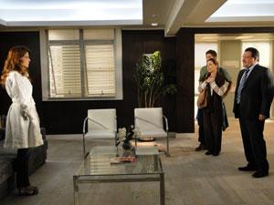 Lavínia discute com Oséas no hospital, enquanto Fernandoe está em coma (Foto: Morde & Assopra / Tv Globo)