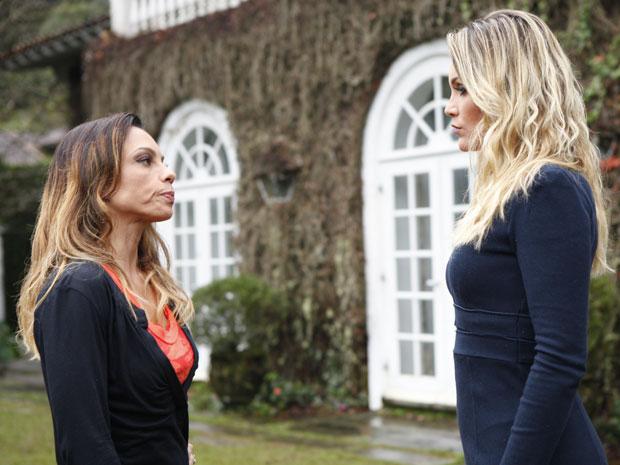 Amanda diz a Naomi que a robô é sua inimiga (Foto: Morde & Assopra/TV Globo)