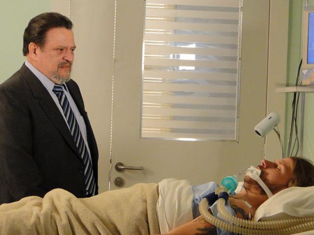 Oséas se emociona ao ver Fernando em coma no hospital (Foto: Morde & Assopra / Tv Globo)