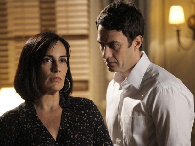 Norma fica confusa após mais uma declaração de Léo (Foto: Insensato Coração / Tv Globo)