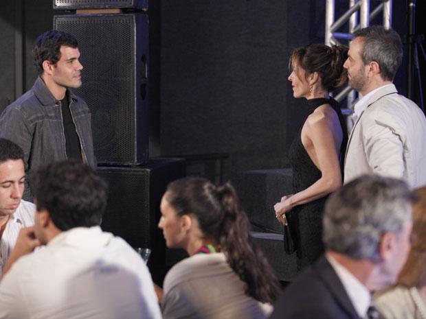 Ismael aparece em evento e provoca Eunice (Foto: Insensato Coração / Tv Globo)