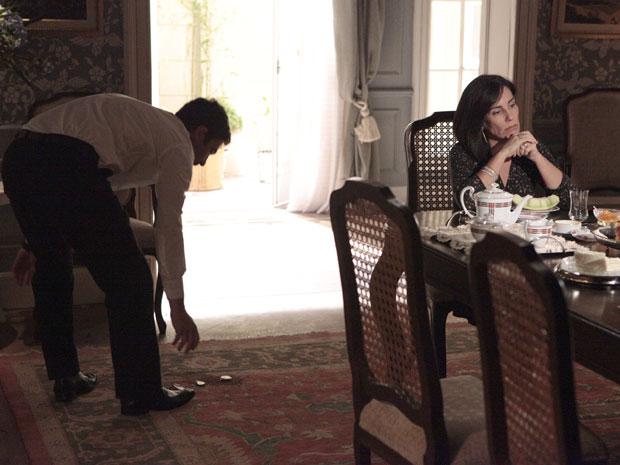 Norma derruba xícara e faz Léo catar do chão (Foto: Insensato Coração / Tv Globo)