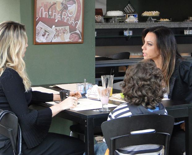 Verdadeira mãe de Rafael, Amanda chega a Preciosa e promete manter farsa de Naomi