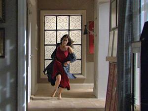 Amanda corre de pijama atrás de Herculano (Foto: O Astro / TV Globo)