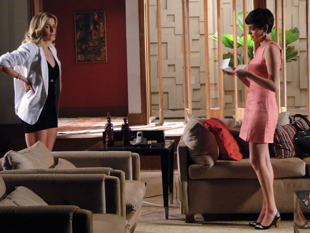 Natlie fica passada ao ser rejeitada por Vitória, mais uma vez (Foto: Insensato Coração / TV Globo)