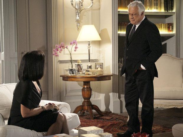 Raul desabafa com Norma (Foto: Insensato Coração / TV Globo)