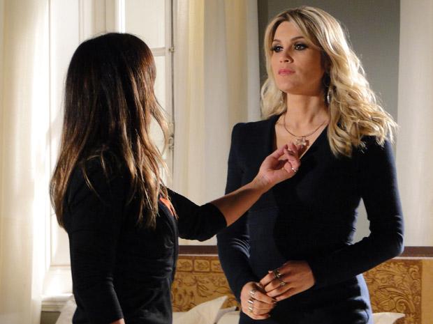 Amanda elogia colar que Naomi ganhou de Ícaro (Foto: Morde & Assopra/TVGlobo)