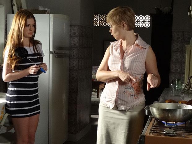 Lilian explica para Alice como se frita coxinha (Foto: Morde&Assopra/TVGlobo)