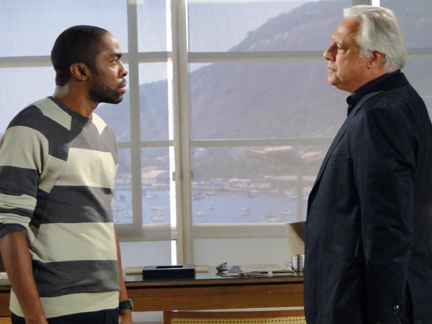 André e Raul trocam farpas (Foto: Insensato Coração / TV Globo)