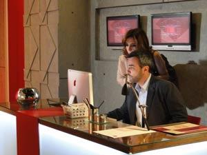 Júlio e Eunice procuram lista de convidados (Foto: Insensato Coração / TV Globo)