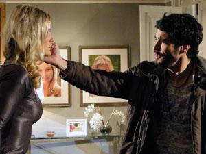 Leandro comprova que a pele da amada é sintética (Foto: Morde & Assopra / TV Globo)